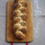 Treccia di pane ai semi di papavero
