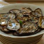 Melanzane marinate alla menta, prezzemolo e pinoli tostati