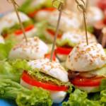 Antipasti sfiziosi: prosciutto e fichi con mini hamburger di mozzarelline