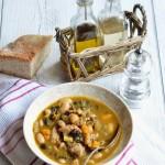 Zuppa speziata di cavolo nero, pollo e legumi